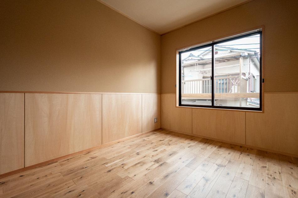 寝室には問題ない広さでナチュラルな内装(1号室)