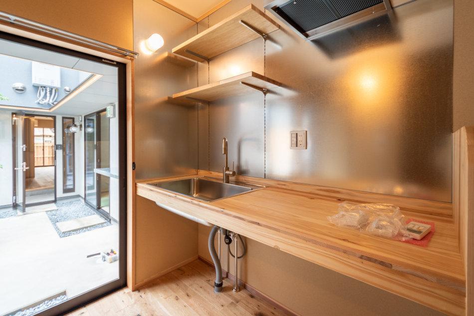 自然光で明るいキッチン(4号室)