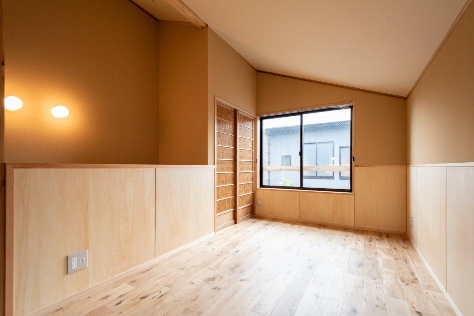 2階の天井は勾配があります(4号室)