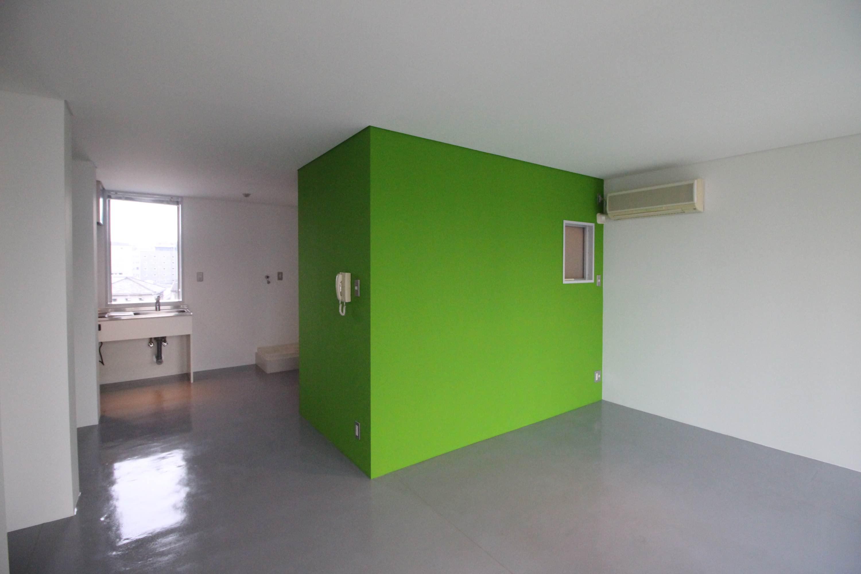床材はモルタルや無垢フローリングで部屋により異なります(写真は他の部屋の物)