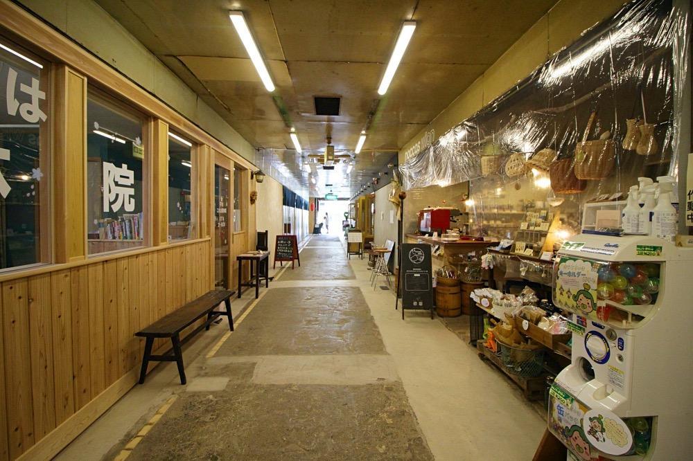 雑貨とコーヒーのお店、整体などがあります