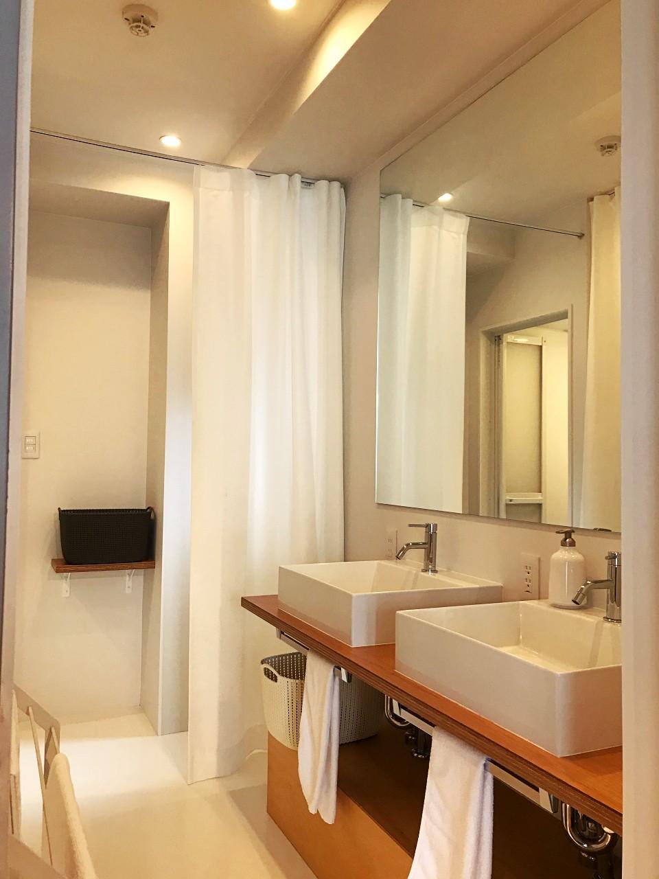 ドミトリー型の3階は洗面が2つ。シャワーブースも2つです
