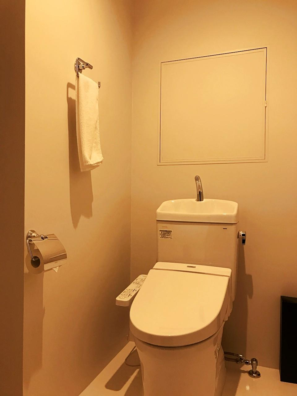 トイレは室内と、エレベーターホールにも1つあります
