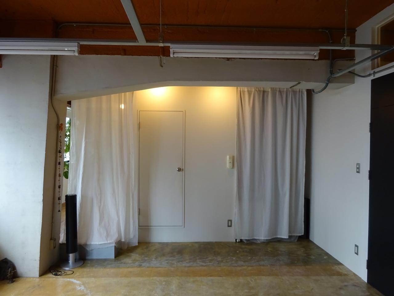 真ん中の扉の奥にトイレ、洗面、浴室(シャワー)があります。