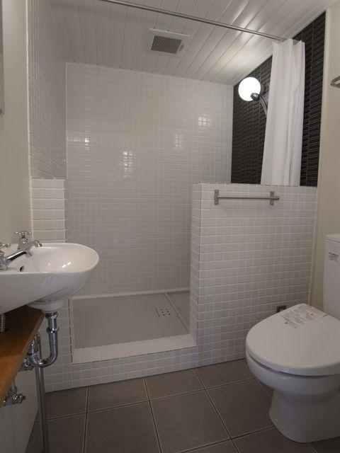 シャワーブースと洗面、トイレ