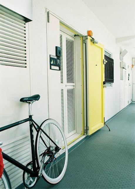 綺麗にメンテナンスされた共用部。イエローの玄関扉はマンション全体で扉の交換があり現在はアイボリーですが、扉の交換があるのは管理状態が良い証拠。
