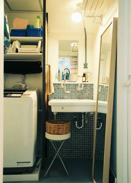 実験用シンクを使ったシンプルな洗面台。レトロなタイルと作業灯とパーティションがアクセント。