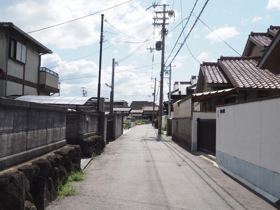 駅からの道のりの一風景(駅からのルートはいくつかあります)