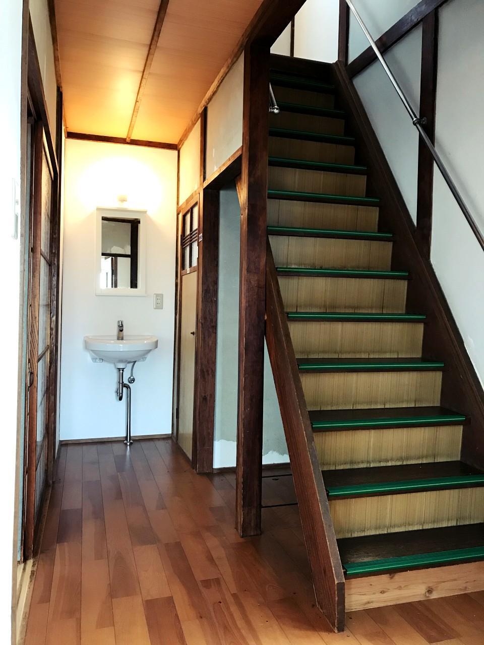 どこか下宿屋っぽい階段周り