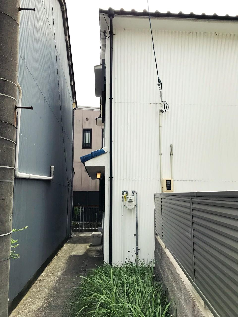 玄関へのアプローチが狭めなのも逆にいい