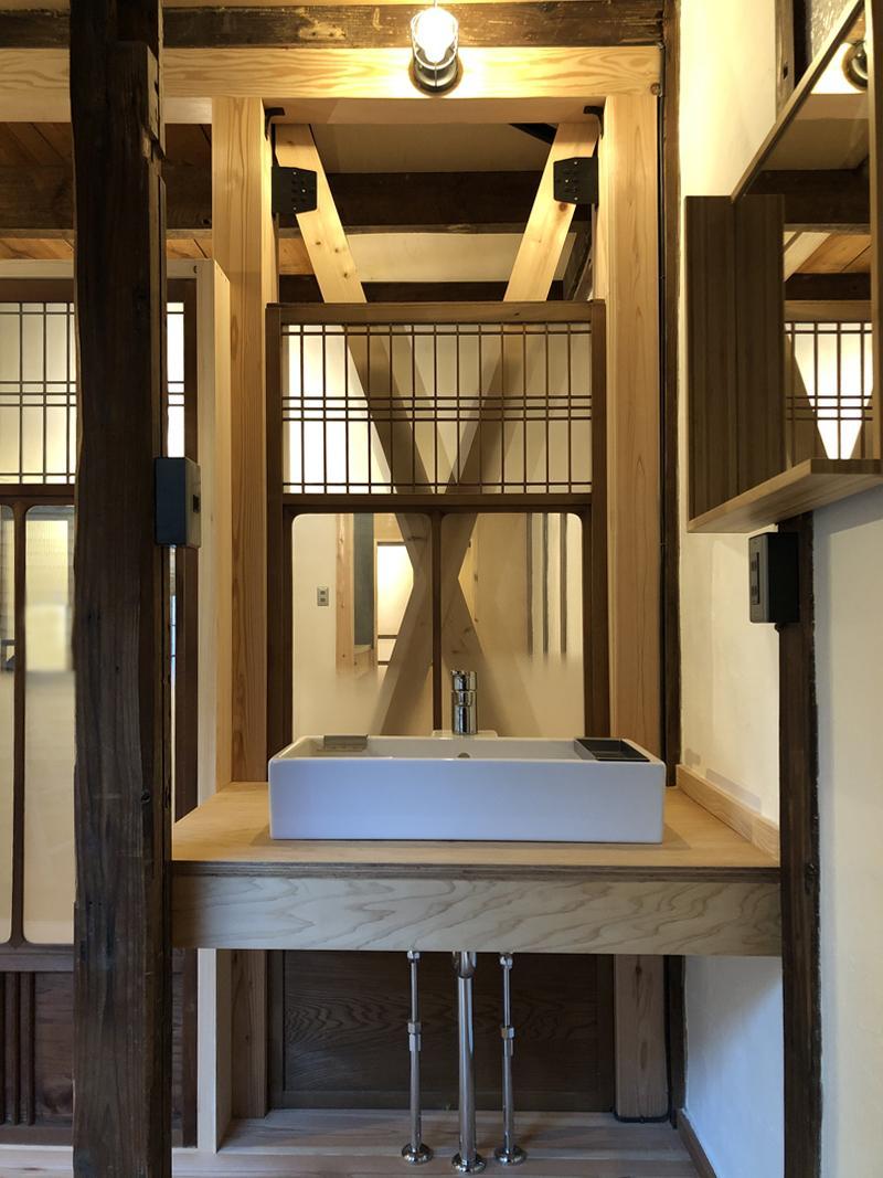 既存の建具が活かされた洗面スペース