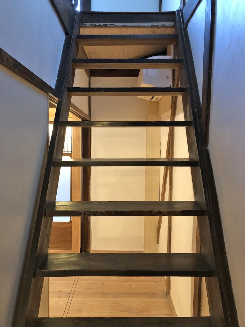 階段の向こう側にエアコンが1基