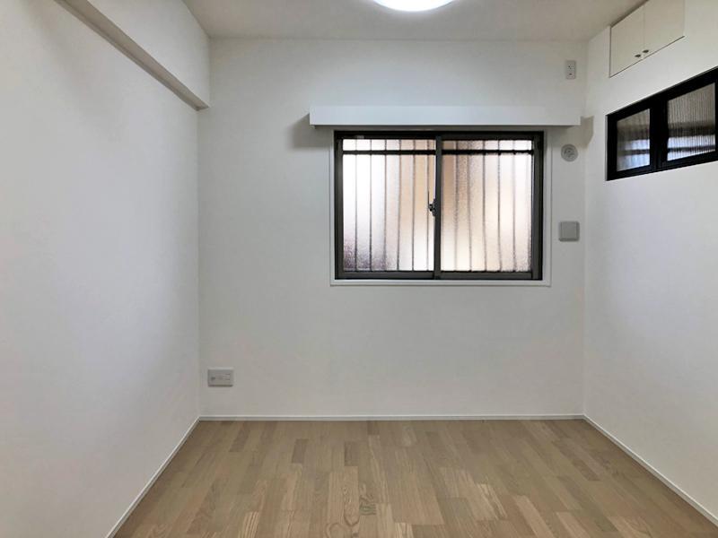 6帖の洋室には、室内窓が設置されています