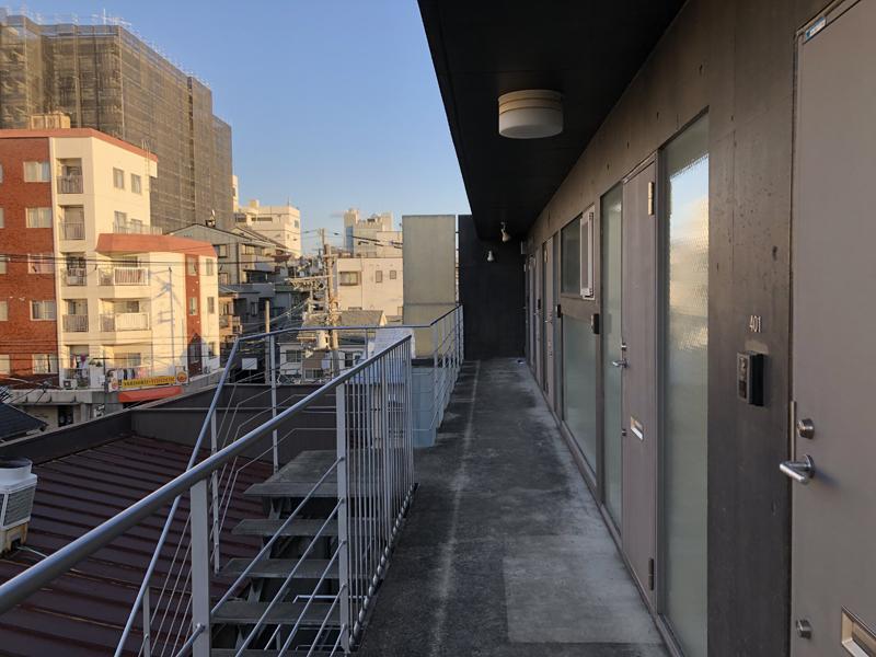 線の細い手すりが特徴的な共用廊下