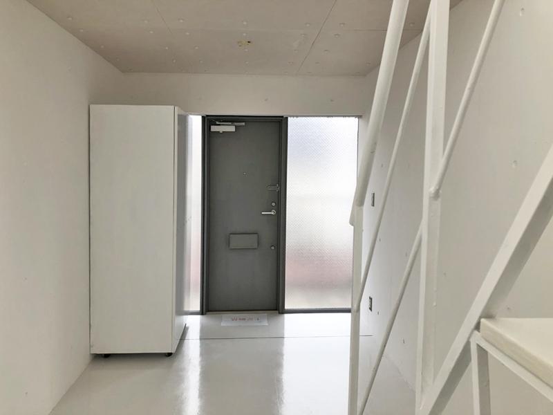 ドアを開けると約7帖の小さな部屋が待っています
