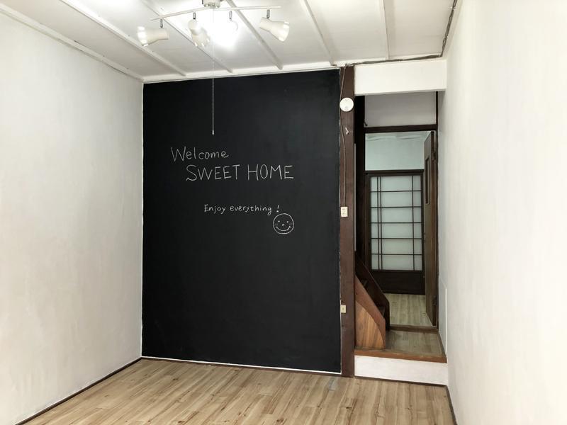 ダイニングキッチンの壁は黒板仕上げ