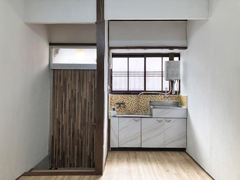 窓から光が入る明るいキッチン
