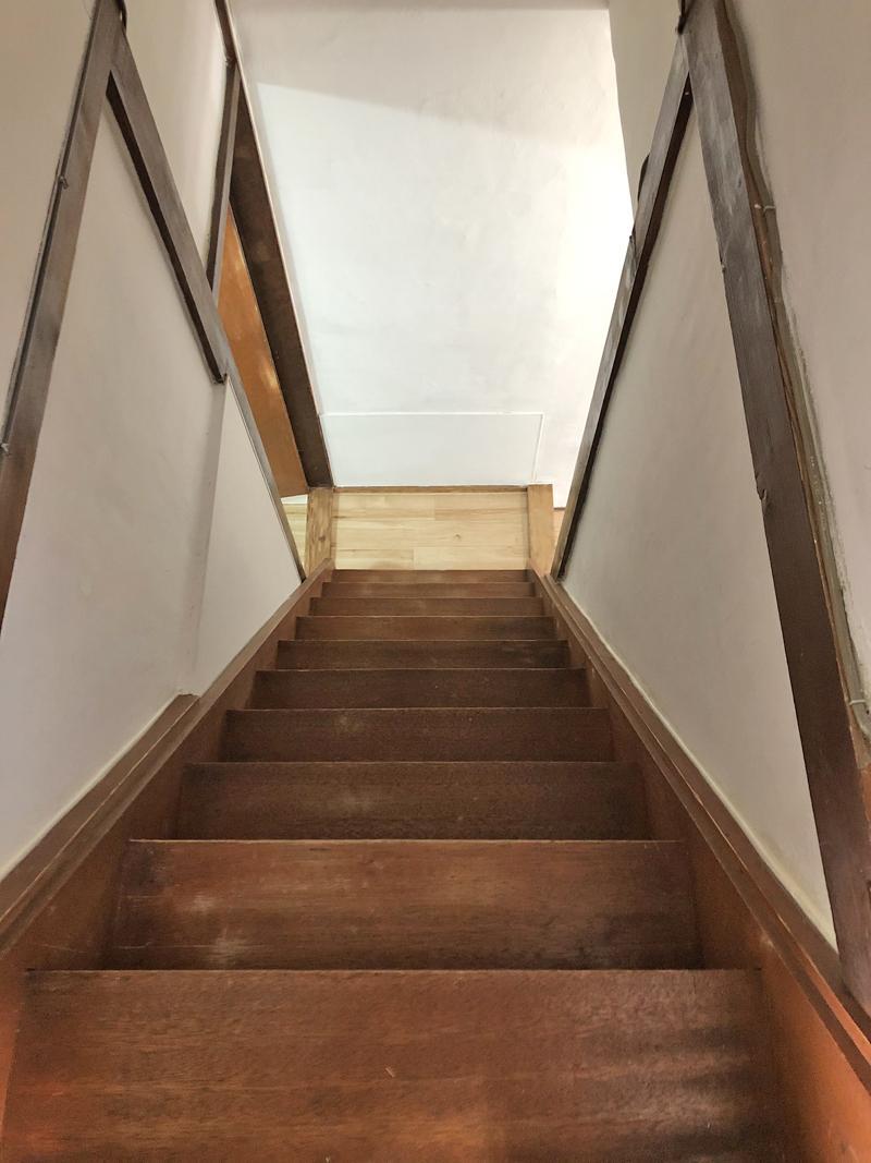 階段は急なのでご注意を。