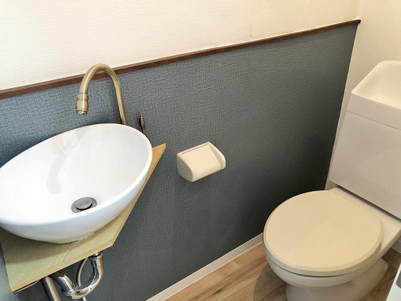 トイレとちょっとアンティークな水栓の洗面台