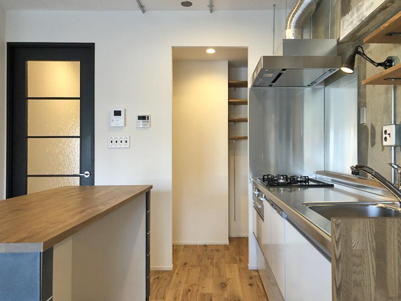 余裕のあるキッチン、冷蔵庫はパントリーに置くことができます。