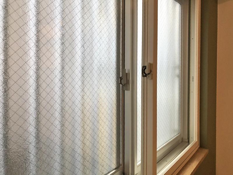 寝室は2重窓で快適に眠ることができそう