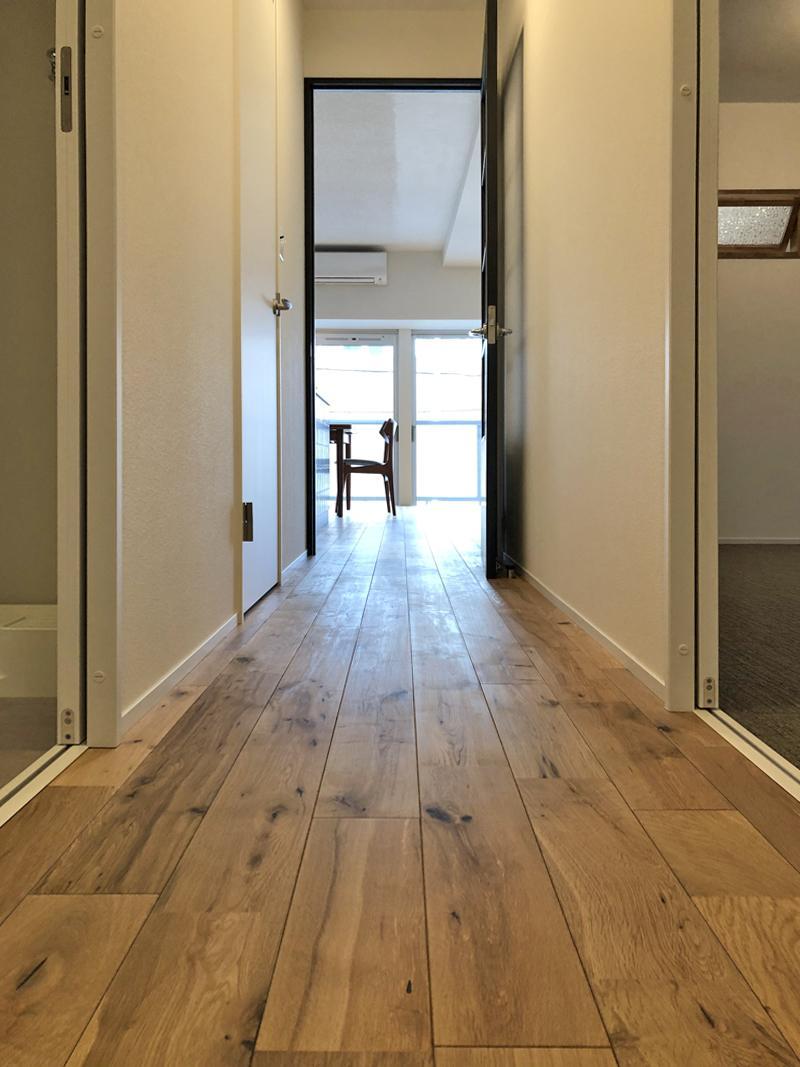無垢フローリングが玄関からすらっと伸びていきます。
