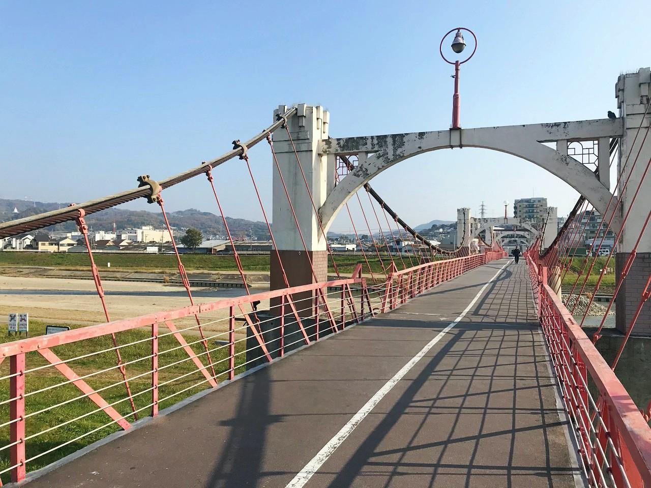 道明寺駅側からの道。石川に掛かる橋を渡って