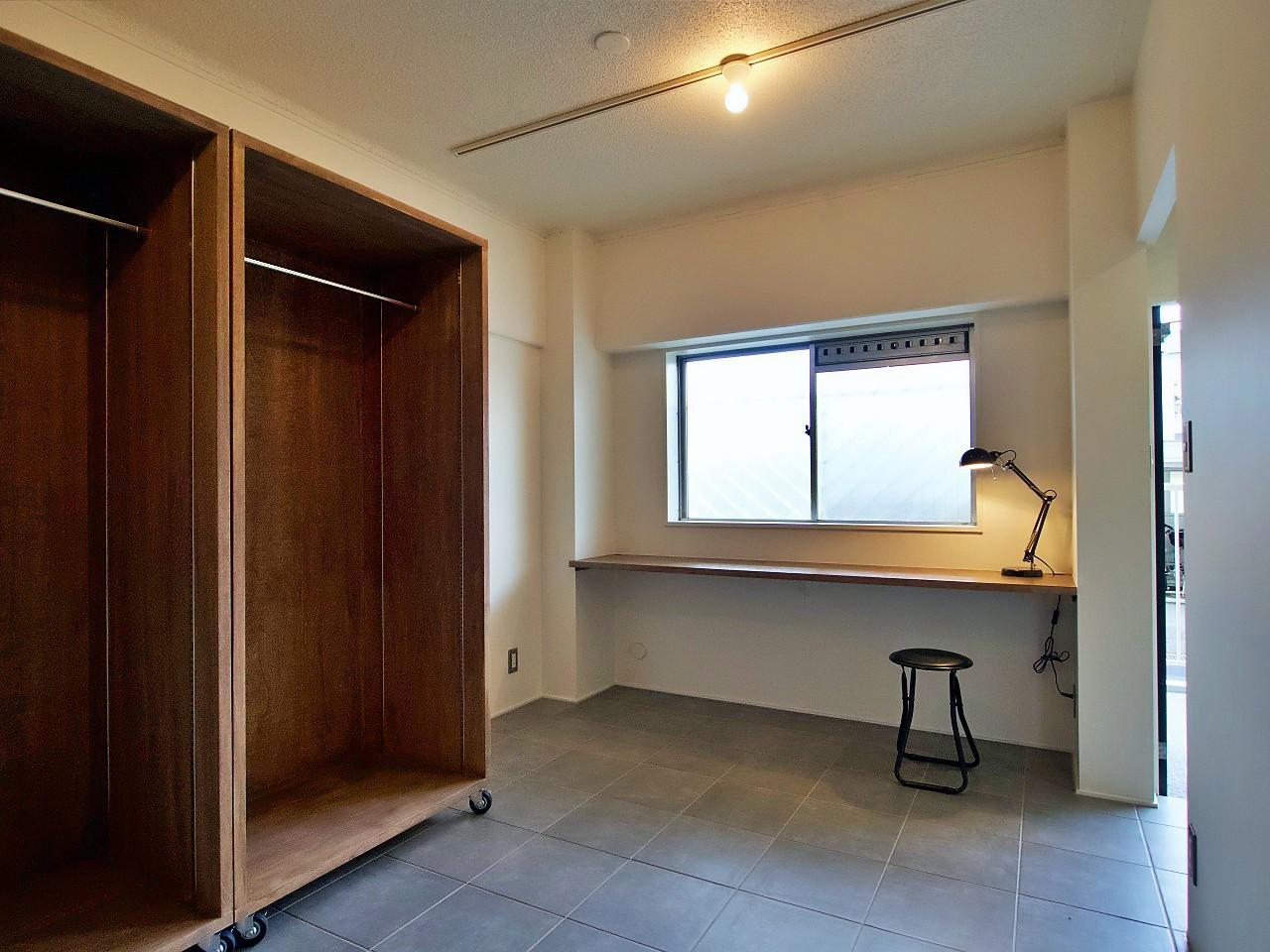 玄関横にもタイル床の空間