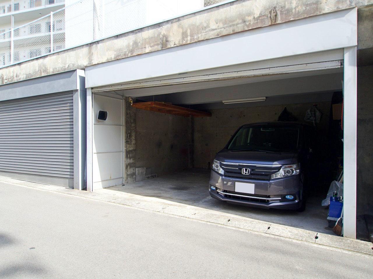 電動シャッターの専用駐車場