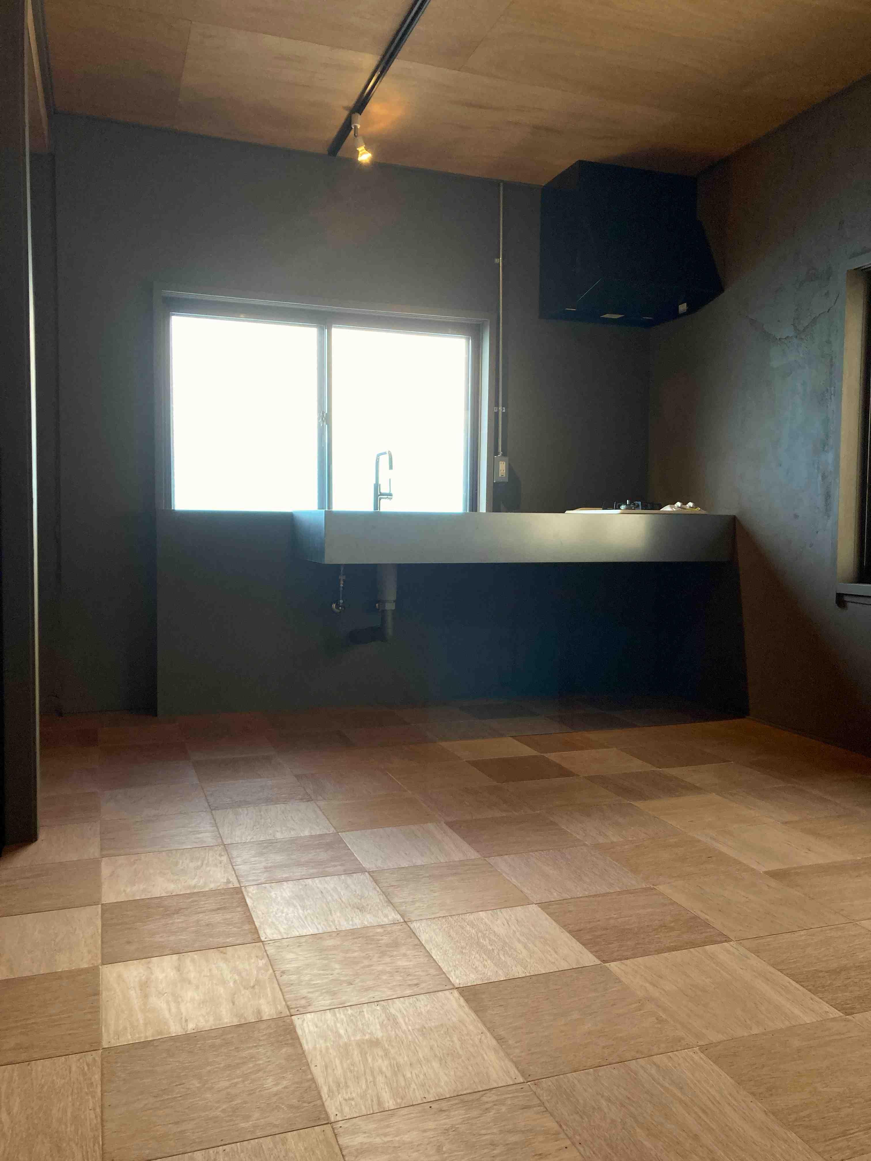床は木タイル、キッチンはステンレスミニマルシンク