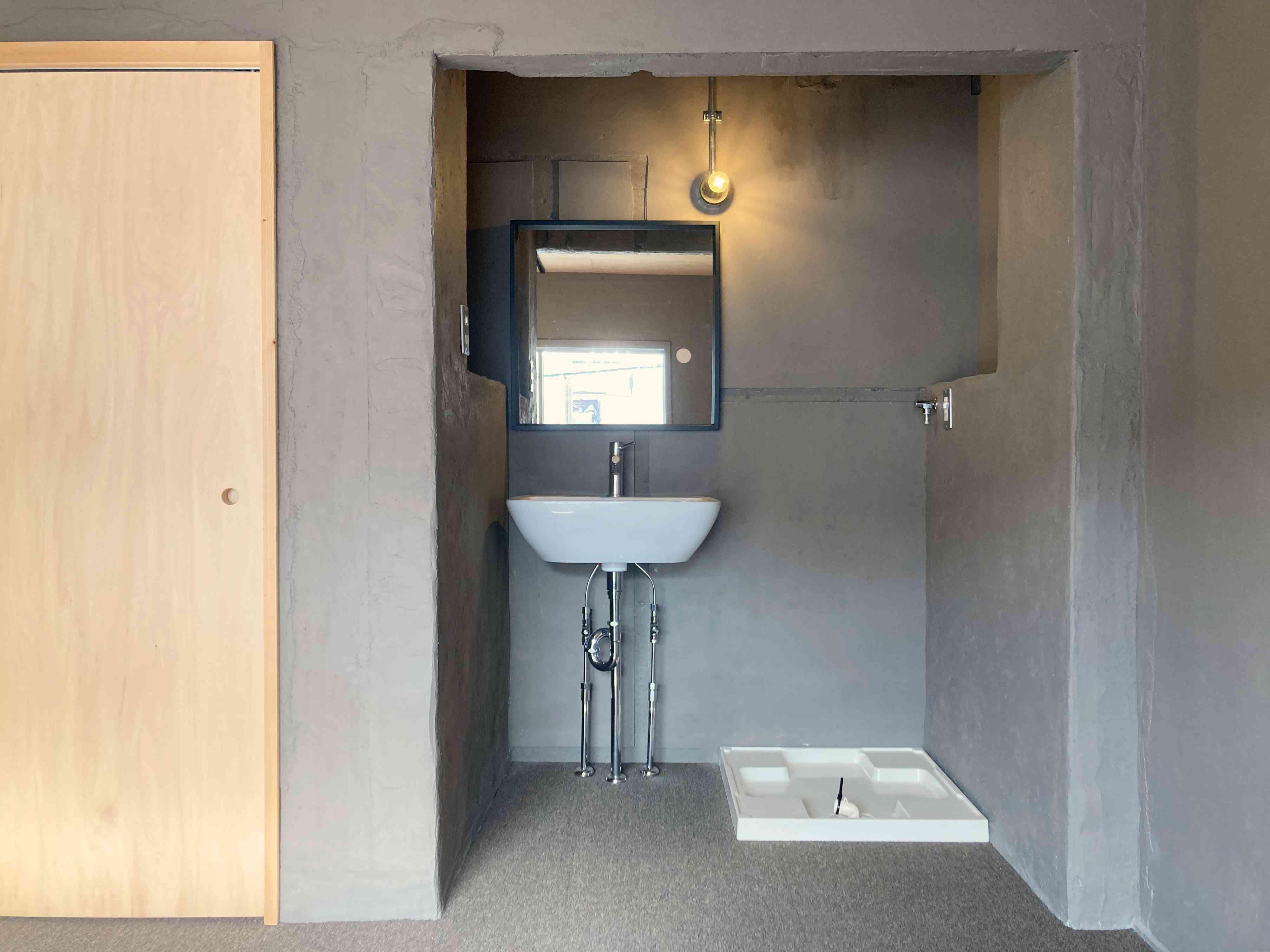 寝室に独立洗面台と洗濯機置場があります