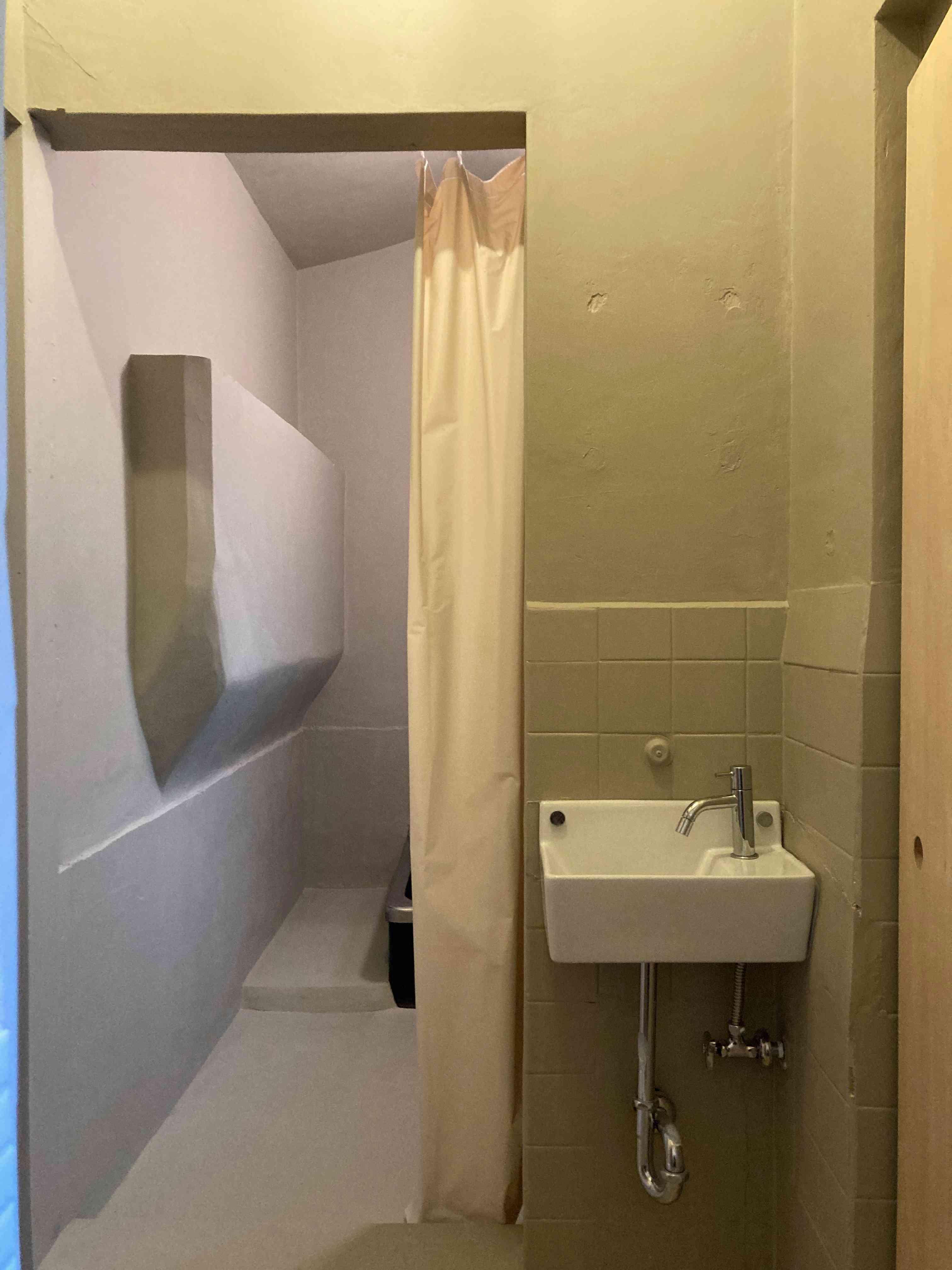 お風呂の入り口はカーテン、そんなの気にしない!
