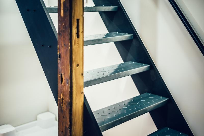 階段は鋼製の足場板