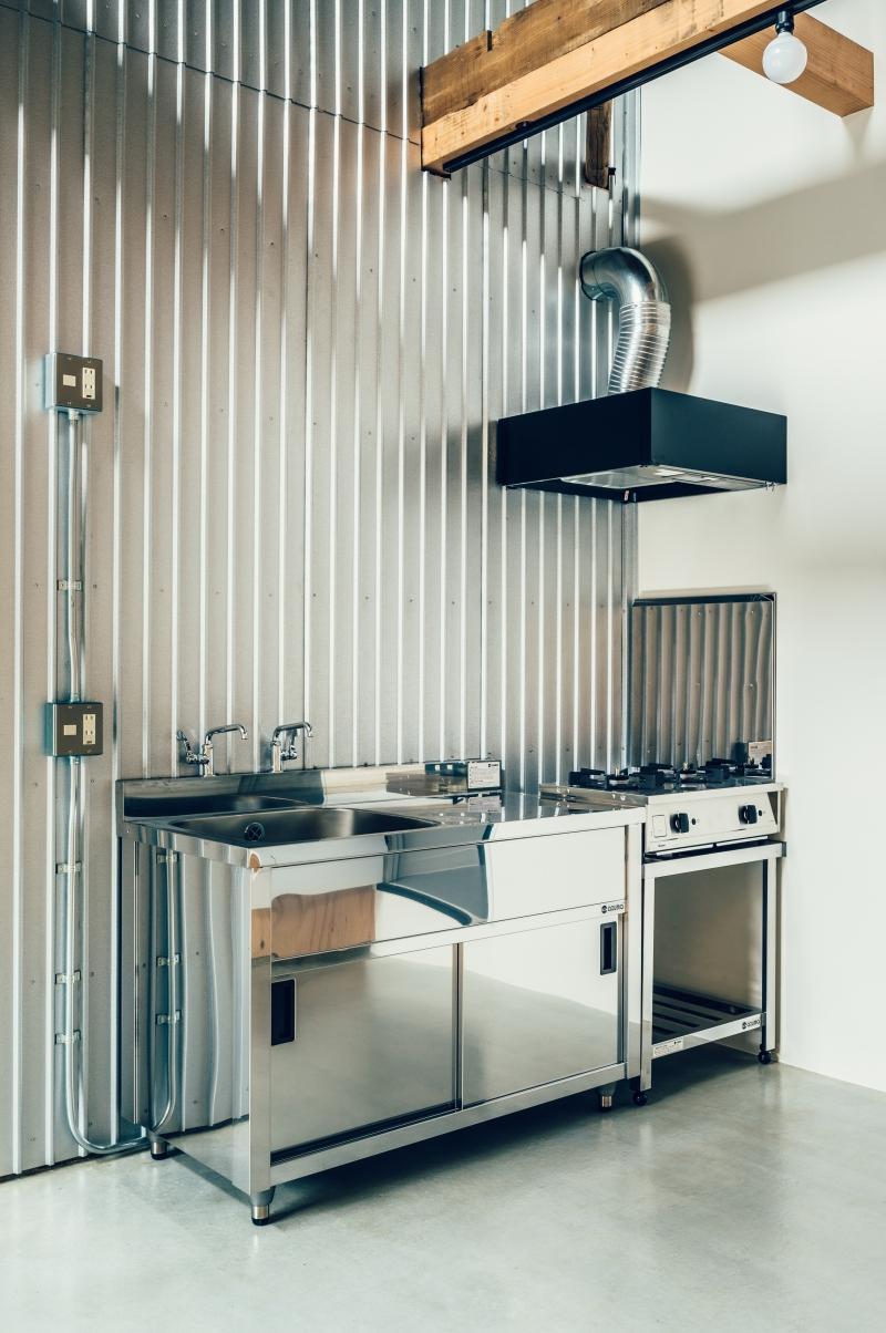 業務用キッチンは土間に。普段の調理がのびのびとできそう。