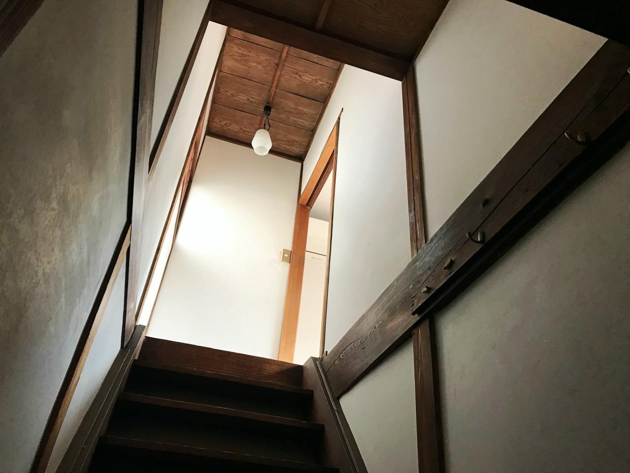 階段は往年の面影あり