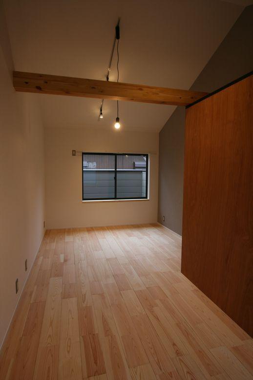 2階洋室。天井高があるのも魅力的
