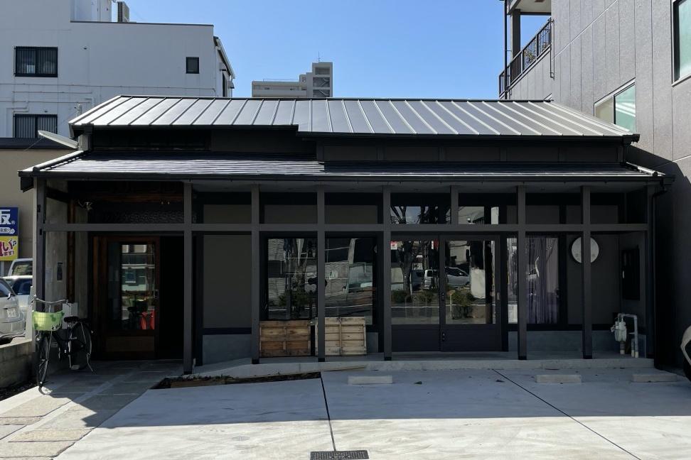 建物外観。前面に見える場所はカフェが併設予定