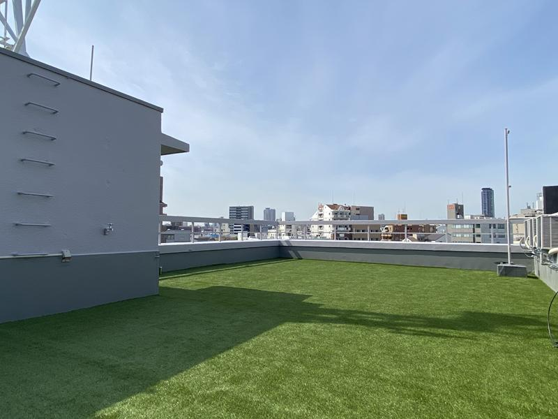 芝生の敷いた共用屋上
