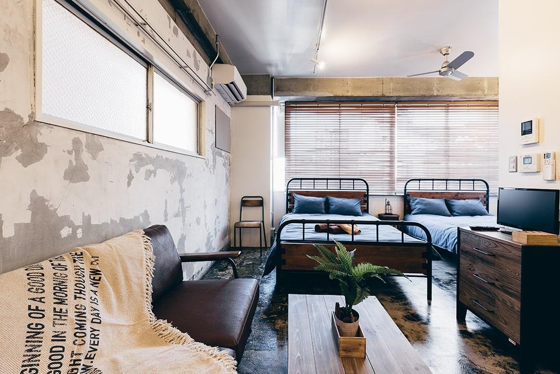 壁や床は既存の仕上げを剥がすだけに留めた男前なスタイル
