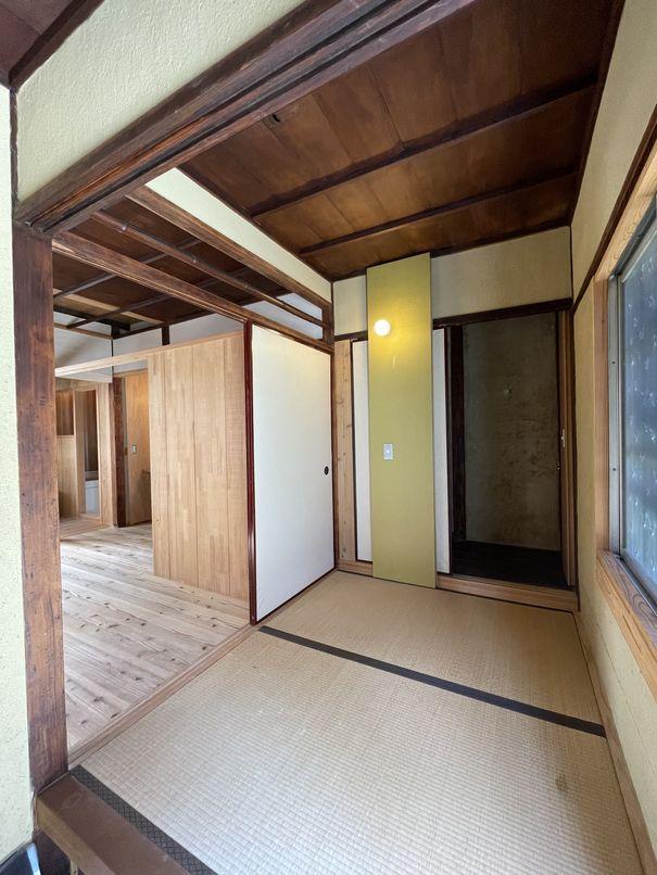 玄関に隣接する間室は、長屋の間取りならでは
