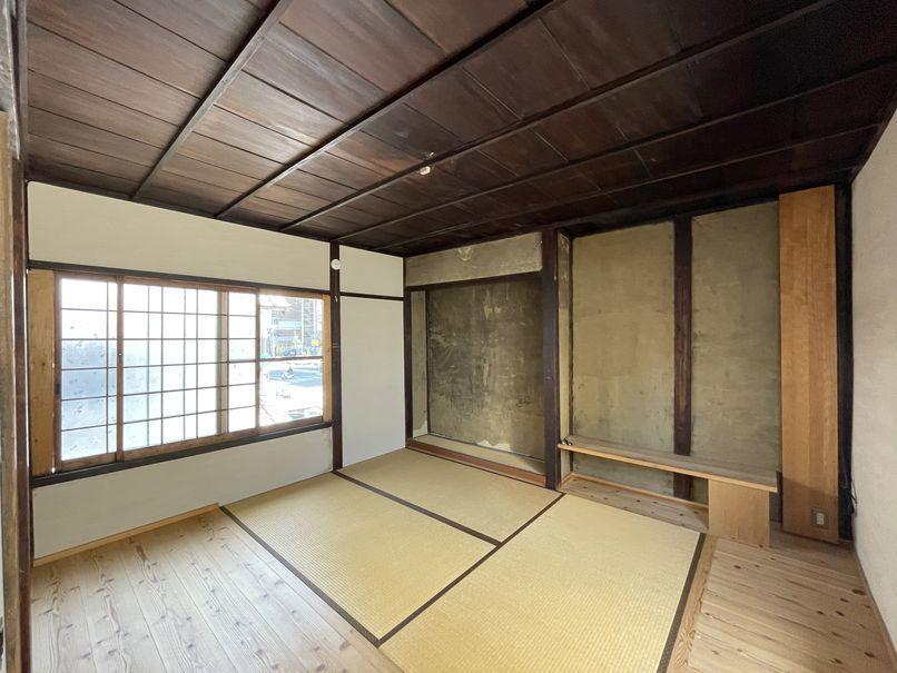 2階 室2。2階は当時の趣が多く残されている