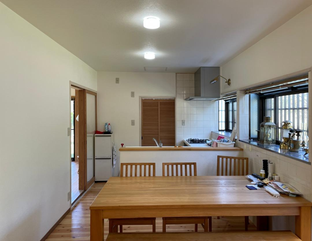 リビング部分、奥にはキッチンがあります