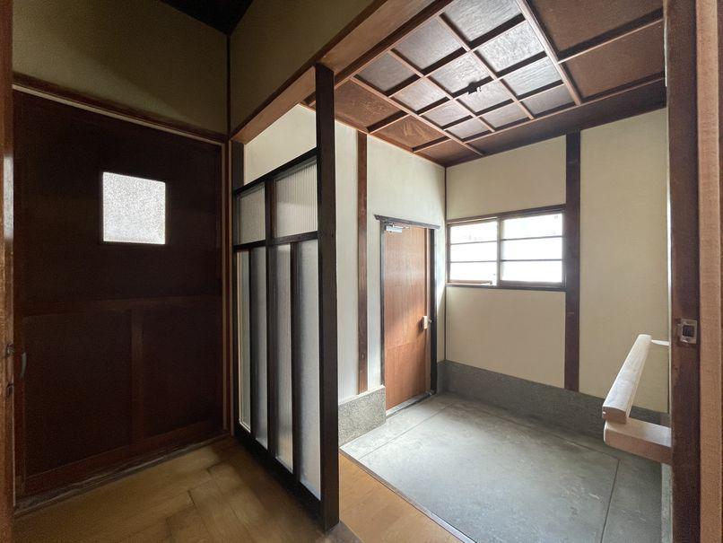 広々したスペースとガラスのパーテーションに一目ぼれしそう。こんな玄関でお客様を迎えたい