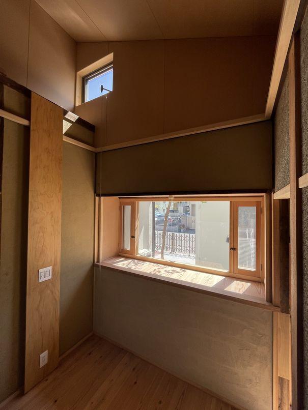 間室。木製の窓と吹き抜けのような高天井も魅力的