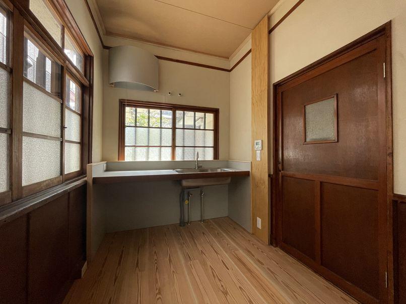 キッチンはシンプルな造りなので、収納はワゴンや棚をお好きなように組み合わせてください