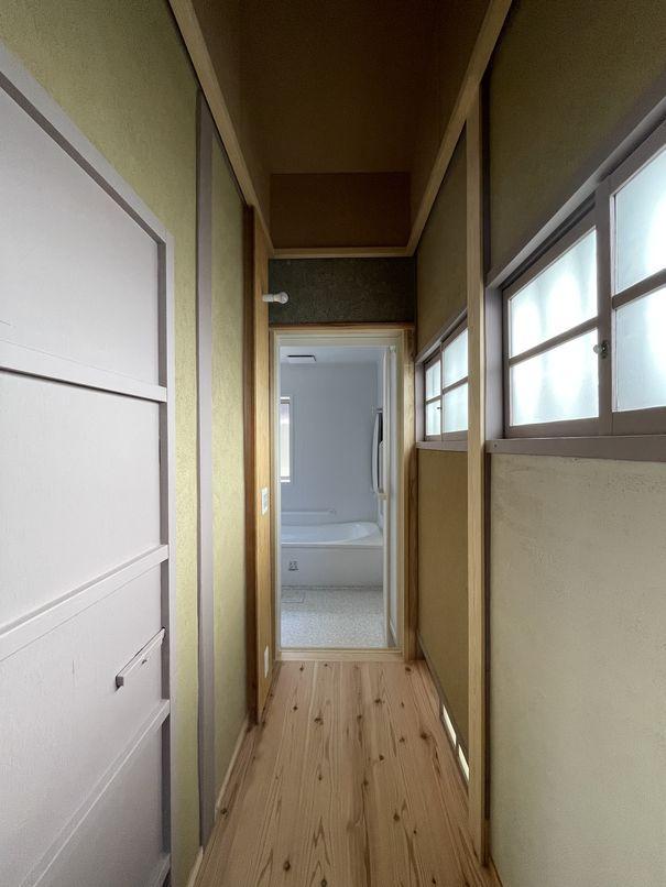 縁側の奥にある、細長い脱衣室
