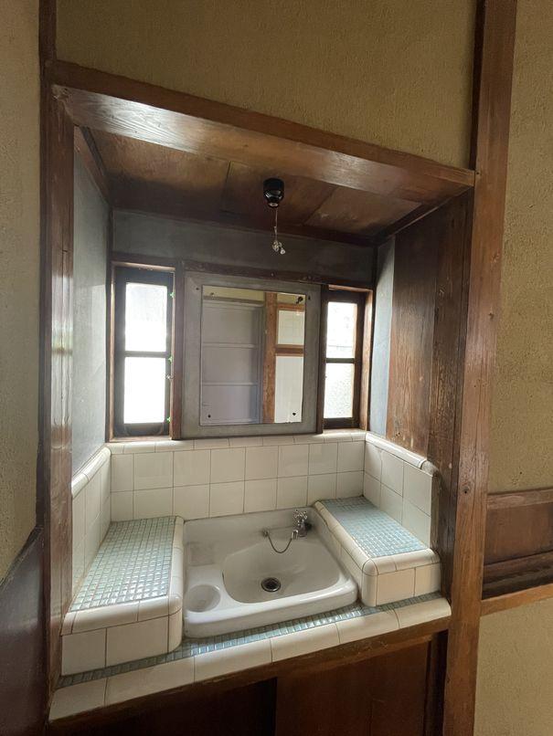 よくこのデザインのまま残っていたなと思うタイル貼りの洗面台