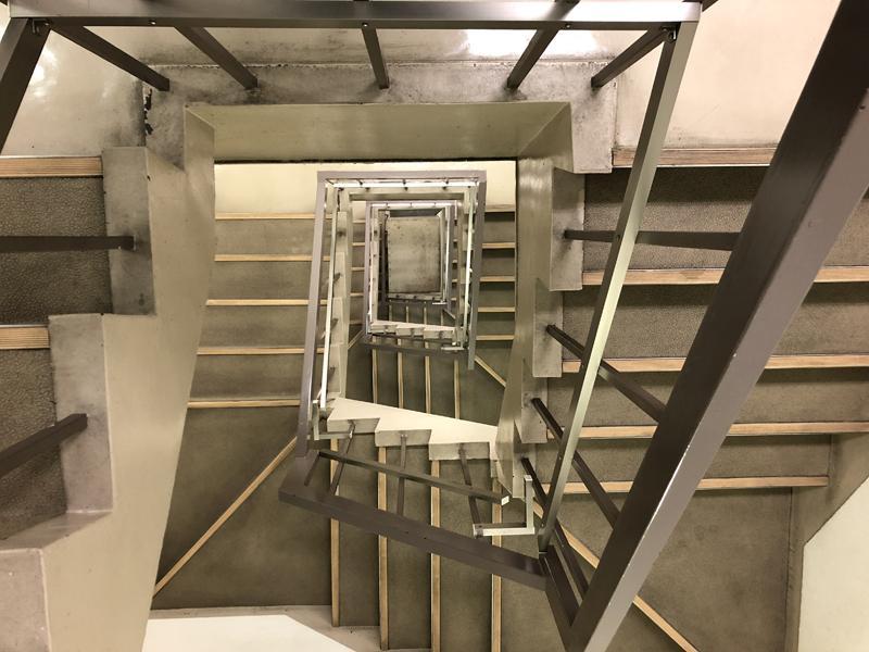 北浜・天満橋エリアのビルは階段が渋い気がします。