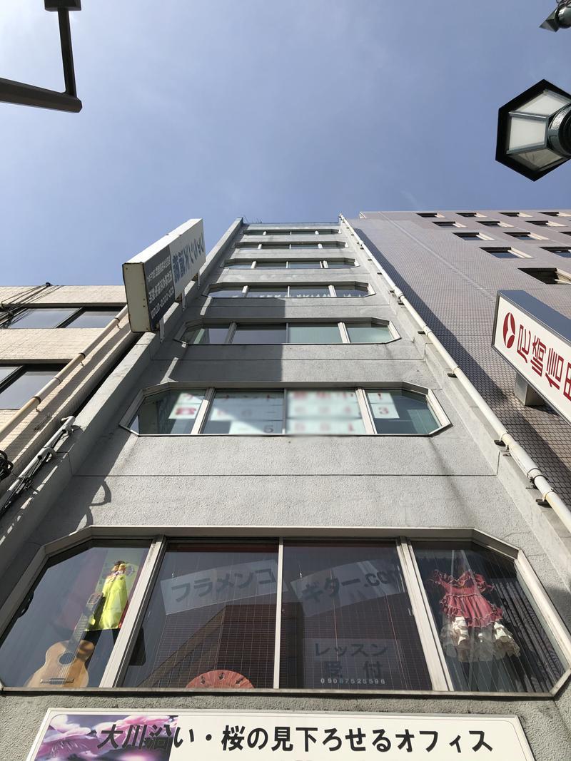 窓のカタチが特徴的な10階建のビル