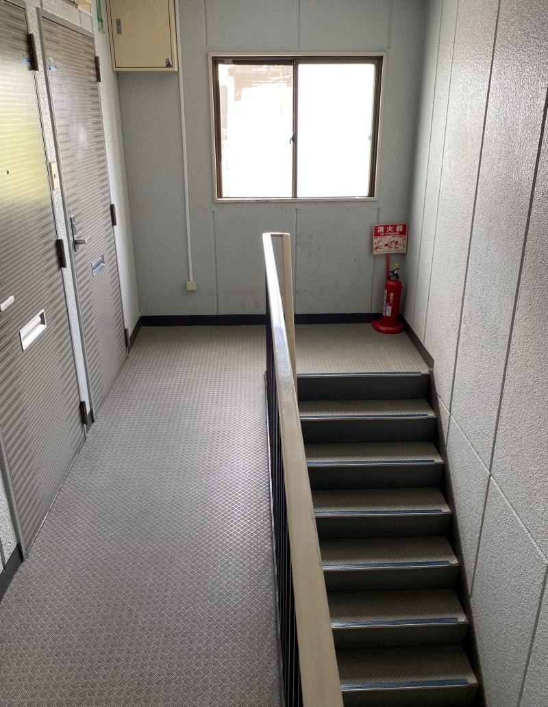 階段(道路側から登ると4階)